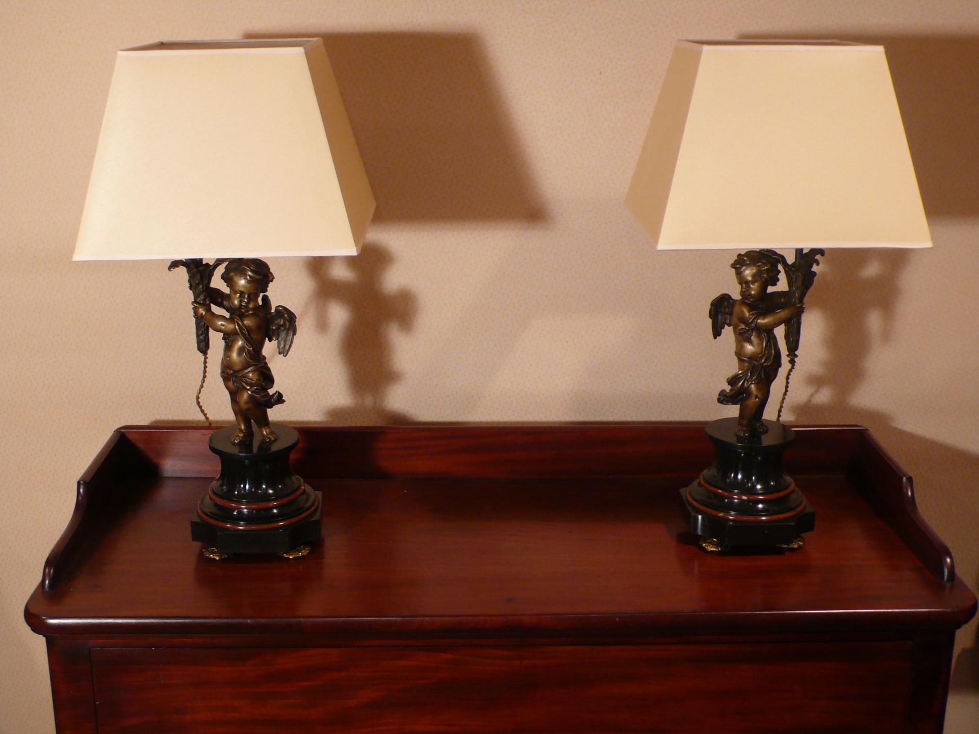 Paire de lampes représentant des angelots en bronze