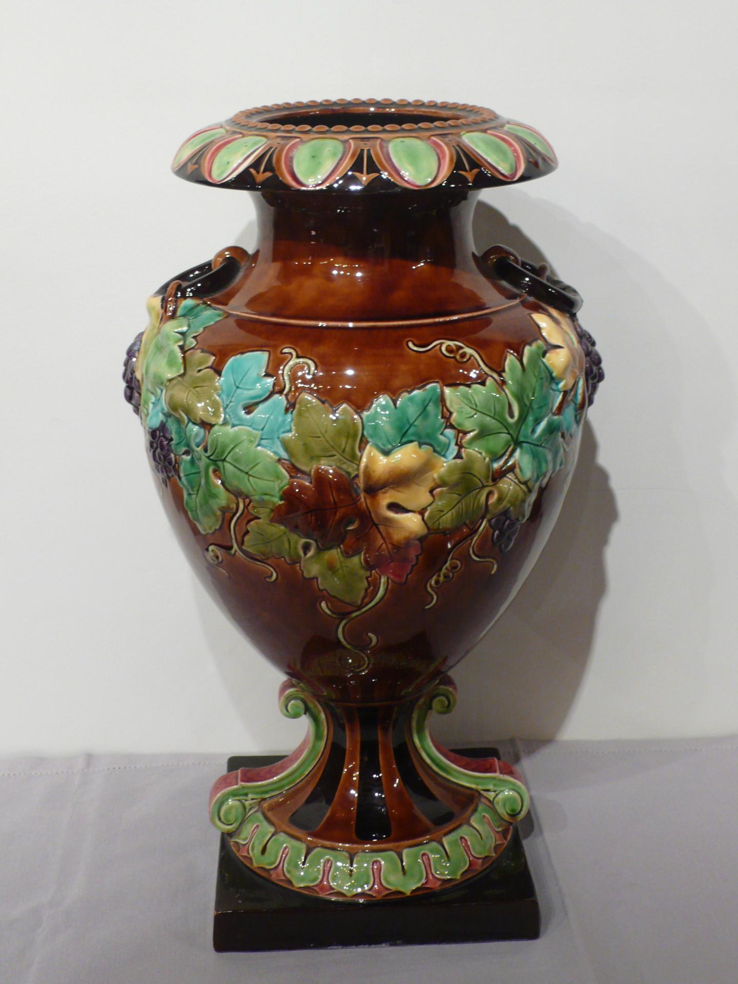 Grand vase en faïence de Sarreguemines.
